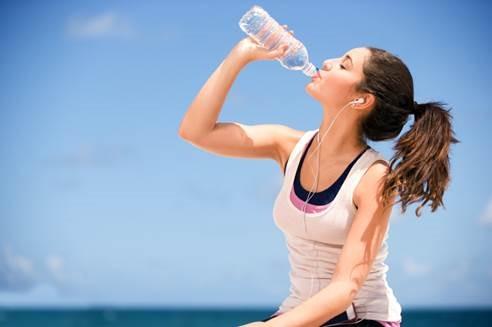 การดื่มน้ำก่อนอาหารประมาณครึ่งแก้วจะทำให้ความหิวลดน้อยลง เนื่องจากน้ำมีส่วนช่วยส่งเสริมการเปลี่ยนอาหารเป็นพลังงาน จึงทำให้คุณทานอาหารได้น้อยลงนั่นเอง