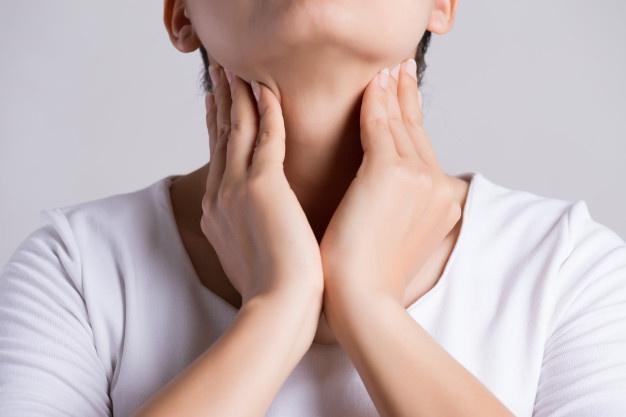 Woman hand touching her ill neck. Premium Photo