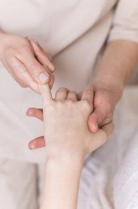 นวดนิ้วบำรุงร่างกาย Finger massage concept Free Photo